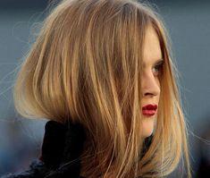 Saçlarınızın rengi platin sarısı ise ve beyaz tene sahipseniz ve bal köpüğü san renklerini kullanmak istiyorsanız. Hangi numara saç boyası kullanmanız gerekiyor. Buyurun inceleyelim.  İ