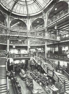Intérieur du Printemps à la Belle Epoque, Paris, vers 1900-1910