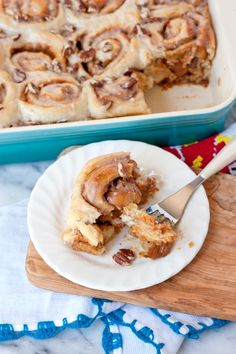 Dulce de Leche and Pecan Cinnamon Rolls - Muy Bueno Cookbook These sweet, buttery, rich, ooey-gooey, and kinda messy cinnamon rolls do not require a mixer making this recipe a very simple dessert to make. These dulce de leche and pecan cinnamon rolls are Brunch Recipes, Breakfast Recipes, Dessert Recipes, Pecan Cinnamon Rolls, Pecan Rolls, Mexican Food Recipes, Mexican Desserts, Mexican Cookies, Ethnic Recipes