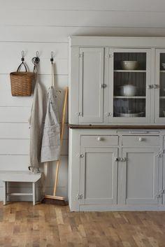 Super Ideas for farmhouse kitchen hutch makeover – farmhouse design Console Table, Dining Room Hutch, Kitchen Hutch, Home Decor Kitchen, Dining Rooms, Kitchen Ideas, Diy Kitchen, Kitchen Design, Antique Farmhouse
