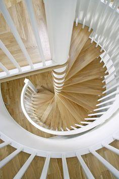 MELBY Midgard - vindel //  En tidløs vindeltrapp, med trinn i eik og hvite spiler og håndløper. Stairs, Home Appliances, Inspiration, Decor, Garden, House Appliances, Biblical Inspiration, Stairway, Decoration