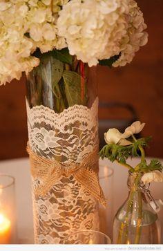Ideas para decorar un centro de mesa de bodas romántico, jarrones con encaje