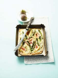 Spargel-Feigenfladen mit Ziegenkäse   Kalorien: 699 Kcal - Zeit: 50 Min.   http://eatsmarter.de/rezepte/spargel-feigenfladen