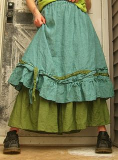 Super great linen crossweave in turquoise colors, this is a short ties and knots skirt, with green accent ties. A-line, elastic waist. Large