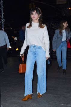 This Chic New Denim Trend Is a Stark Contrast to Skinny Jeans - Selena Gomez best denim outfit - Selena Gomez Fashion, Mode Selena Gomez, Style Selena Gomez, Selena Gomez Cute, Style Outfits, Mode Outfits, Casual Outfits, Fashion Outfits, Selena Gomez Outfits Casual
