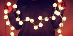 24 maneras de decorar tu habitación con luces navideñas ¡Quiero la 4!