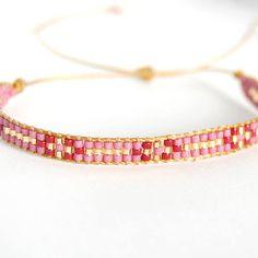 Artículos similares a Chamane - Lot de bracelets manchettes boho bordeaux et dorés en tissage de perles miyuki delica en Etsy Diy Bracelets And Anklets, Bead Loom Bracelets, Woven Bracelets, Loom Bracelet Patterns, Bead Loom Patterns, Beading Patterns, Bead Embroidery Jewelry, Beaded Jewelry, Bead Loom Designs