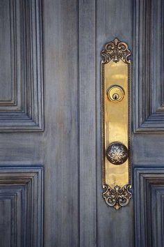 Beautiful blue wash on the doors Knobs And Knockers, Door Knobs, Door Handles, Hotel Art Deco, Grey Doors, Front Door Colors, Front Doors, French Blue, Grey And Gold