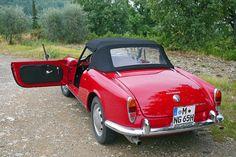 Mit einem Alfa Giulia Spider auf Zeitreise in der traumhaften Toskana – noch italienischer geht es nicht! Um die automobile Romanze inmitten von Zypressenalleen und Weinbergen zu erleben, muss man keine Giulia besitzen.