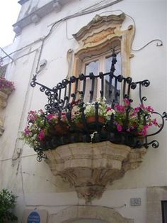 Balconi fioriti - Locorotondo (Ba) - foto M.Palmisano  #TuscanyAgriturismoGiratola