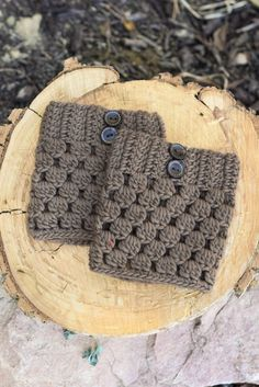 Caramel Checkered Boot Cuffs with Buttons : Find happiness and comfort with the Brown Checkered Boot Cuffs! These combine statement and simplicity and keep your legs cozy, too! Because of their warm, beautiful color and darling accent buttons, Crochet Boots, Crochet Mittens, Crochet Gloves, Crochet Slippers, Crochet Beanie, Knit Crochet, Beginner Crochet Projects, Crochet For Beginners, Crochet Boot Cuff Pattern