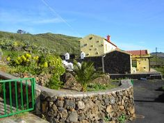 Casa Abuelo Buenaventura Isora Located in the small town of Isora, a 25-minute drive from Timijiraque and its beach, Casa Abuelo Buenaventura features a terrace with barbecue facilities and a garden with fruit trees, plus an on-site market.