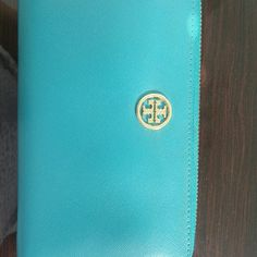 Tory burch Robinson  turquoise wallet Pre loved tory burch wallet it has some signs of wear on the zipper and the front tory burch logo.  Will accept reasonable offers, PLEASE DO NOT SEND LOWBALL OFFERS !! Tory Burch Bags Wallets