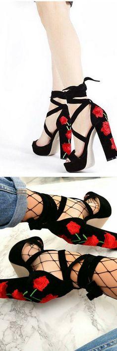 hermosos zapatos negros en donde resaltan las flores rojas, va con todo dando un look super chic