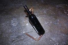 Weinflaschenhalter im Industrial-Stil aus von GoliathDesignShop