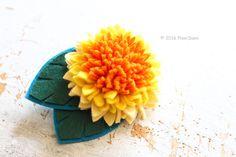 フェリシモ(株) クチュリエとPieniSieniがコラボ!フェルトお花のキットを企画開発させて頂きました。巻く、貼る、固めるなどの技法でお花を表現します。裁断が難しい部分のフェルトは型抜き済みになっています。工作気分で気軽に作る事が出来ます。こちらは「ダリア」のブローチです。felt flower brooch corsage by PieniSieni