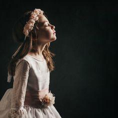 FOTOGRAFÍA DE COMUNIÓN EN ESTUDIO: LAURA Baby Poses, Kid Poses, Cute Poses, Creative Photography, Children Photography, Portrait Photography, Girl Photo Shoots, Girl Photos, Cinderella Dress Kids