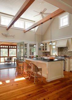 2- cuisine avec plancher de bois et poutre de bois au plafond