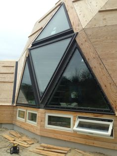 """Interesting window design for a """"dome concept"""" home Earthship Biotecture, Quonset Homes, Geodesic Dome Homes, Dome House, Round House, Home Design Plans, Modern Architecture, Deco, Building"""