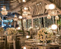 Decoração com luzinhas e lustres de cristal para a decoração romântica na tenda ao livre do casamento na praia do casal Gabriela Meira e Borja Rodriguez. (Foto: Lacerda Estúdio)