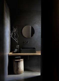 Badezimmer mit wundervoll schwarzer Wandfarbe und holzigem Design  #schwarz #allblack #schwarzeeinrichtung #blackinterior