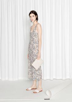 Elegant+light-stretch+dress+featuring+a+clean-cut+style+with+a+feminine+streamline+sillhouette.