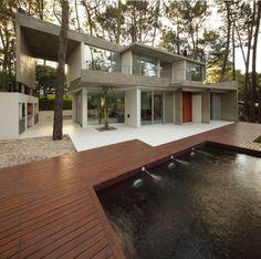 Ferienhaus im Wald beton raumhohe fenster holzboden pool