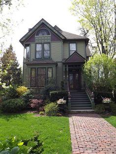Victorian Homes Exterior, Victorian Style Homes, Craftsman Exterior, Grey Exterior, House Paint Exterior, Victorian Architecture, Exterior House Colors, Folk Victorian, Exterior Design