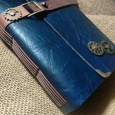 Diário azul marinho, costura longstitch, tira couro legítimo marrom e engrenagens em metal ouro velho. Modelo Exclusivo Artesanalle Encadernação