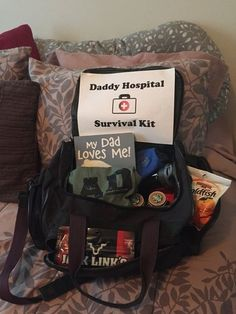 Dad needs a bag, too! Dad needs a bag, too! - What to Pack for Your Hospital Birth - Photos Daddy Hospital Bag, Baby Hospital Gifts, New Dad Survival Kit, Survival Food, Gifts For New Dads, Preparing For Baby, Daddy Gifts, Baby Time, Baby Shower Gifts