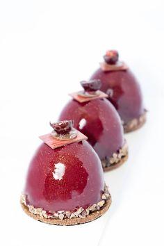 Petits gâteaux Chocolat Griottes : Streusel chocolat / Biscuit chocolat sans farine/ Mousse au chocolat noir Bio /crémeux chocolat au lait / Compotée de griottines/ Biscuit amande griottes/ Glaçage miroir rouge / Décors chocolat