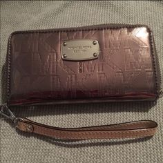 Brand new Michael kors wristlet Brand new fits a iPhone 6 Michael Kors Bags Clutches & Wristlets