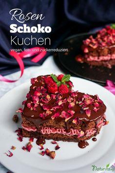 Veganer Herzkuchen mit Schokolade und Rosenblätter