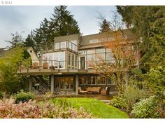 A modern Luxury home. Modern homes are few and far between in PDX but we still LOVE them - and we love when they pop up on the market! This 4BD 3BA beauty is listed at $2,995,000...and it sits on the shore of Lake Oswego!
