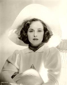 Born 1910 as Marion Levy, American actress Paulette Goddard was a child fashion model and a performer in several Broadway productions as a Z. Old Hollywood Glamour, Golden Age Of Hollywood, Vintage Hollywood, Hollywood Stars, Classic Hollywood, Hollywood Fashion, Vintage Glamour, Vintage Beauty, Paulette Goddard