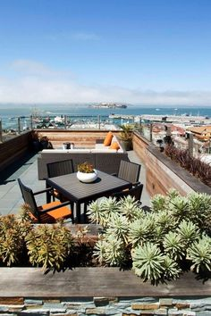 Natural Rooftop Garden Ideas for Urban House. In densely populated urban areas with limited land use, most houses certainly have rooftop garden, flat roofs, or small terraces. It will be awesom. Rooftop Terrace Design, Rooftop Patio, Patio Roof, Terrace Ideas, Rooftop Decor, Rooftop Lounge, Rooftop Bar, Pergola Roof, Diy Pergola