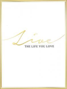 Poster met tekst - poster met tekst Live the life you love in goud en zwart. Gedrukt met ons mooie en exclusieve bladgoud. www.desenio.nl