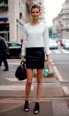 Street style look com suéter, saia de couro e mule.