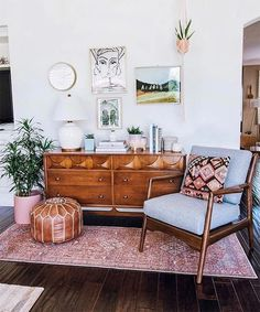 21 Cozy Small Living Room Decor Ideas for Your ApartmentA lot of people think that eclectic living room furniture isn't a good thing for your house decoration. Form a fundamental plan of what furniture you . Boho Decor Diy, Diy Home Decor Rustic, Diy Home Decor On A Budget, Design Living Room, Boho Living Room, Living Spaces, Bohemian Living, Living Room Oriental Rug, Living Room Layouts