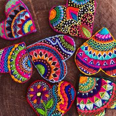 Corazón bordado a mano x 6 - - Corazón bordado a mano x 6 hearts& flowers Handgesticktes Herz x 6 Embroidery Hearts, Hand Embroidery Stitches, Crewel Embroidery, Hand Embroidery Designs, Beaded Embroidery, Embroidery Patterns, Embroidery Supplies, Heart Crafts, Fabric Jewelry
