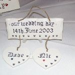 'Our Wedding Day' plaques with hanging hearts. Perfect #wedding or #anniversary gift! #craft #gift