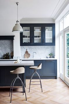 Modern Kitchen Interior Navy Blue Walls: The Best Shades Of Navy Blue And Where To Use Them - Looking for navy blue wall ideas and inspiration? Choose one of these moody navy blues for a look that's bold, dramatic, yet very liveable. Open Plan Kitchen Living Room, Home Decor Kitchen, New Kitchen, Home Kitchens, Rustic Kitchen, Kitchen Hacks, Country Kitchen, Small Kitchens, Remodeled Kitchens