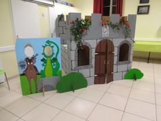 Château en carton et photobooth chevalier et dragon / Cardboard castle and photobooth with knight and dragon