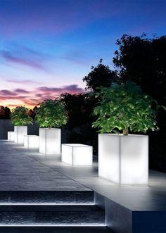 17 Illuminated Planters: How To Make A Glowing Romantic Backyard - Garten 2019 Contemporary Landscape Lighting, Landscape Lighting Design, Garden Lighting Projects, Backyard Lighting, Deck Lighting, Exterior Lighting, Garden Lighting Diy, Driveway Lighting, Romantic Backyard