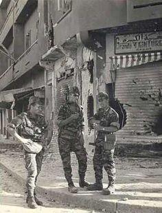 Paras du 3ème RPIMA dans la Médina  dont ils viennent de prendre le contrôle. Algerie, pin by Paolo Marzioli