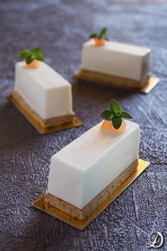 Brie mousse, jam Tomato and Oregano and Poppy Sablée Köstliche Desserts, Plated Desserts, Delicious Desserts, Sweet Recipes, Cake Recipes, Dessert Recipes, No Cook Appetizers, Gourmet Dinner Recipes, Spanish Dishes
