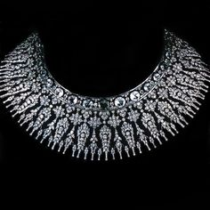 An incredible necklace from the collection of the Thai Royal Family. The piece was commissioned by Queen Sirikit from Royal Crown Jewels, Royal Jewelry, High Jewelry, Jewelry Necklaces, Jewelery, Dainty Jewelry, Diamond Necklace Set, Diamond Jewelry, Gold Jewelry