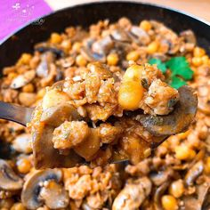Soja texturizada con garbanzos Estos son los ingredientes que necesitas para esta receta: 100g de garbanzos 80g de soja texturizada 1 Bandeja de champiñones laminados 2 Dientes de ajo Sofrito de tomate saludable 200ml de caldo Curry, Healthy Recipes, Healthy Food, Food And Drink, Yummy Food, Meat, Chicken, Ethnic Recipes, Tofu