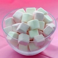 Homemade flavored marshmallows - Ideas for what to dip in the chocolate fountain Chocolate Fountain Wedding, Chocolate Fountain Recipes, Chocolate Fountains, Dessert Dips, Dessert Recipes, Desserts, Easy Fondant Recipe, Flavored Marshmallows, Dulce Candy