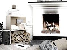 Det bästa med vintern är att man utan dåligt samvete kan stanna inomhus hela dagen. IKEA PS 2014 förvaringskombination, ORMHASSEL pläd, HELGONÖRT kuddfodral.